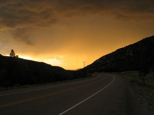 Straße aus dem Dunkel