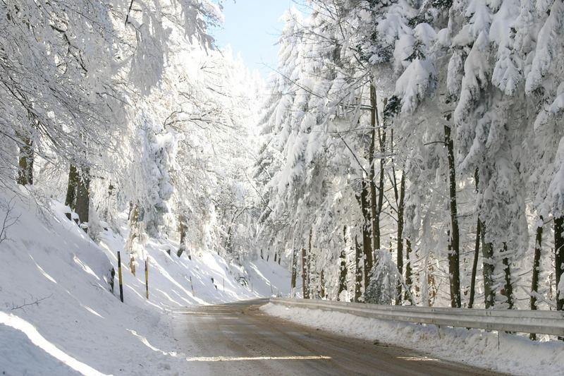 Straße im (durch) Schnee