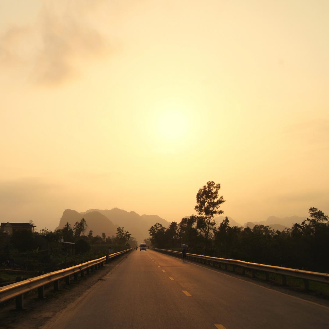 Straße in den vietnamesischen Sonnenuntergang