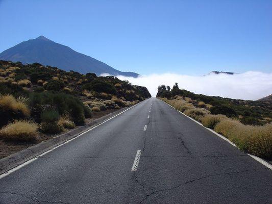 Straße in die Wolken