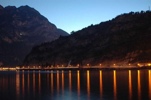 Strasse nach Riva del Garda bei Nacht
