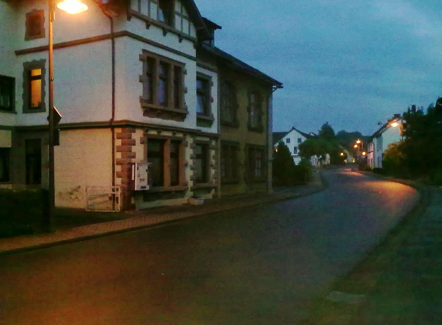 Straße ohne Menschen im Dorf