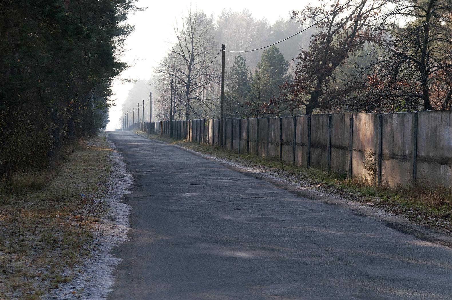 Straße zu einem verlassenen Flughafen der russischen Streitkräfte