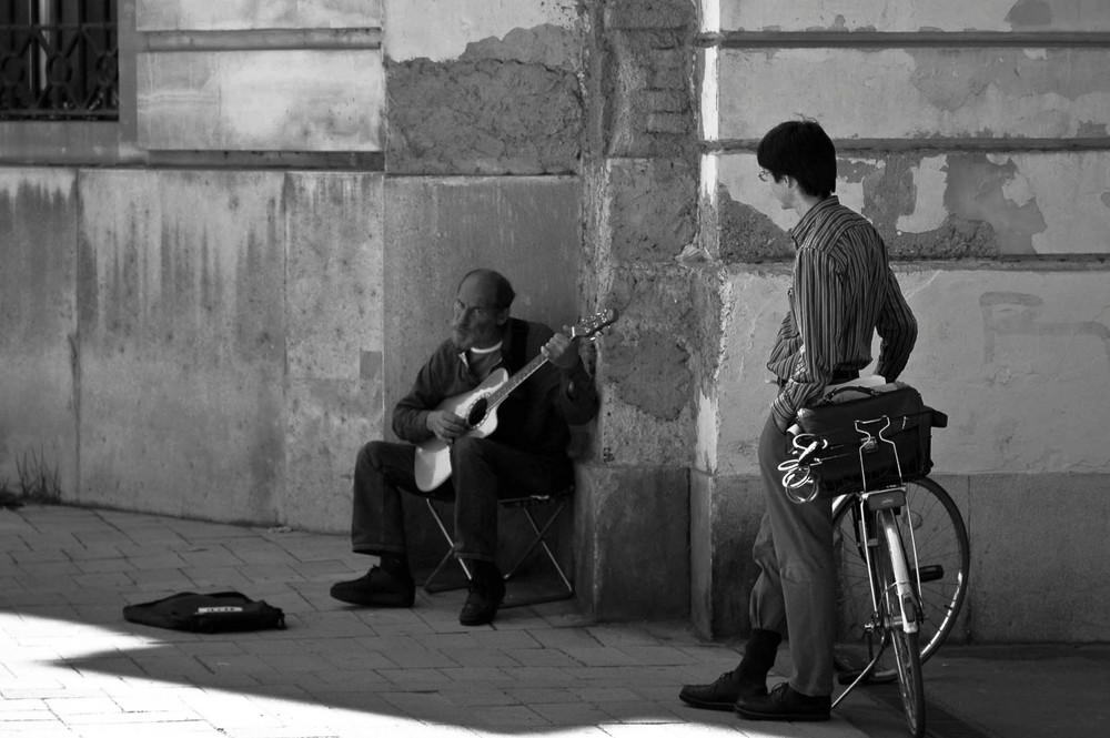 Straßengitarrist mit Fan