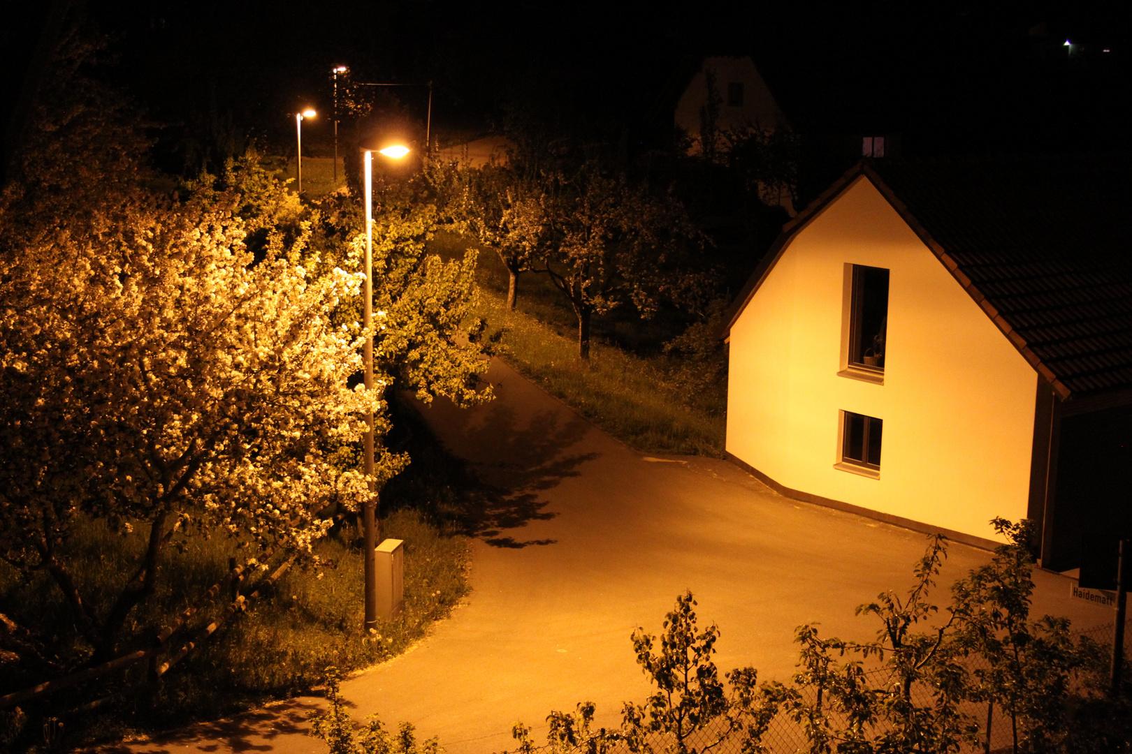Straßenkreuzung bei Nacht
