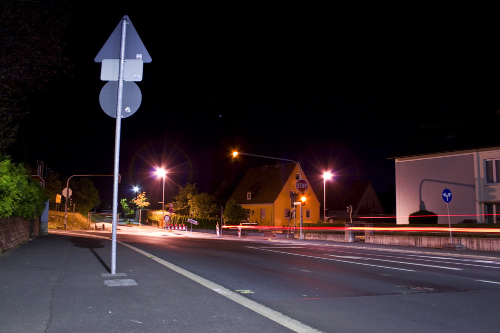 Straßenkreuzung mit Ampel in der Nacht