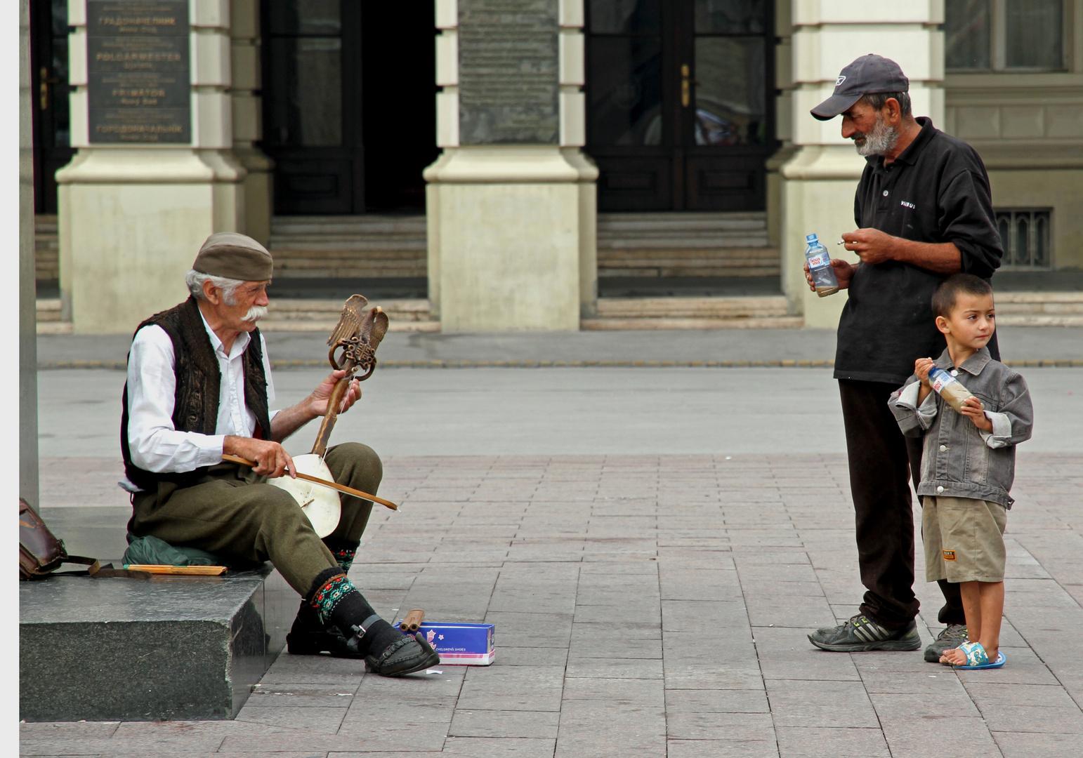 Straßenmusiker mit Zuhörer
