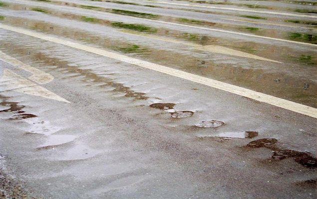 Straßenpfeile im Regen