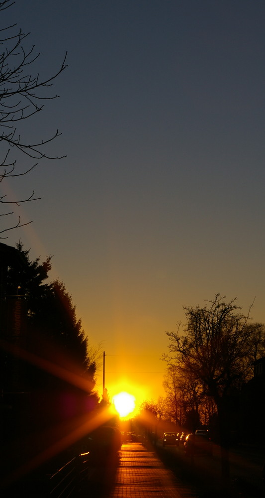 Straßenrand bei Sonnenuntergang
