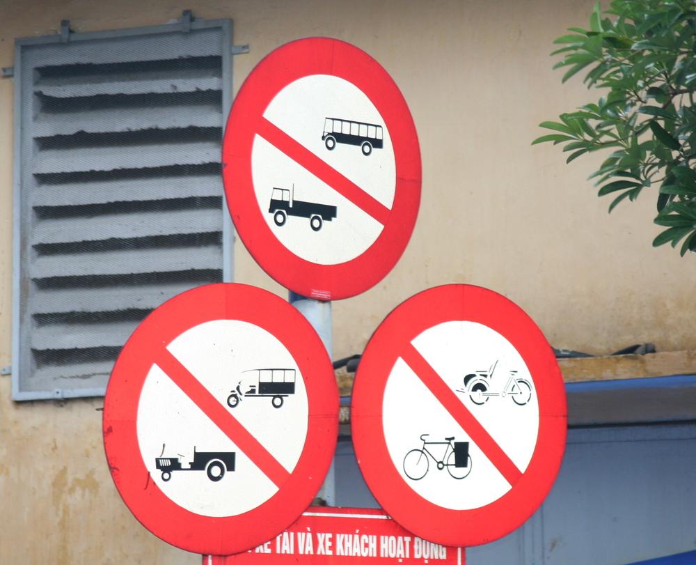 Straßenschilder in Hanoi