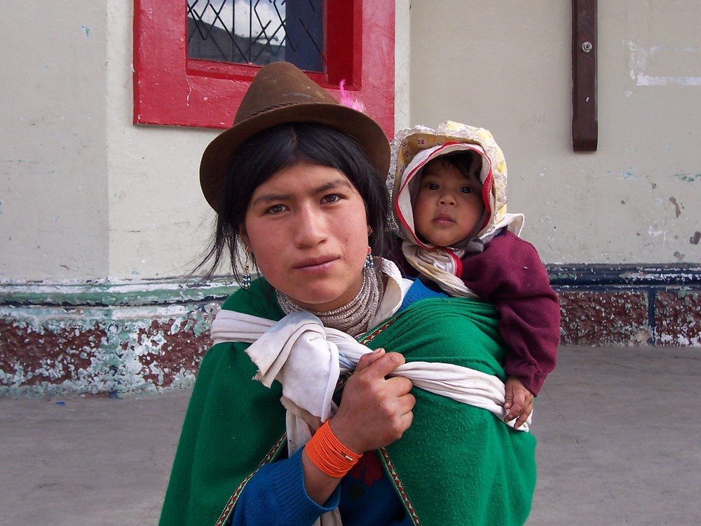 Straßenszene in Ecuador - Frau mit Kind