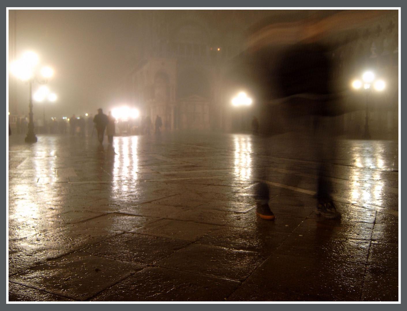 Straßentanz im venezianischen Regen