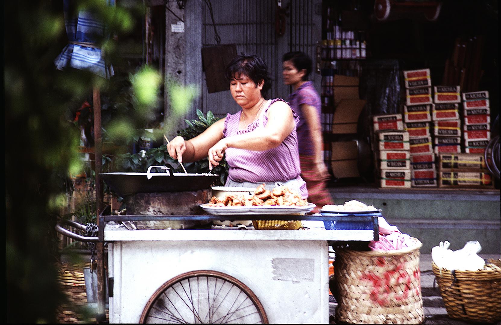 Straßenverkäuferin in Bangkok