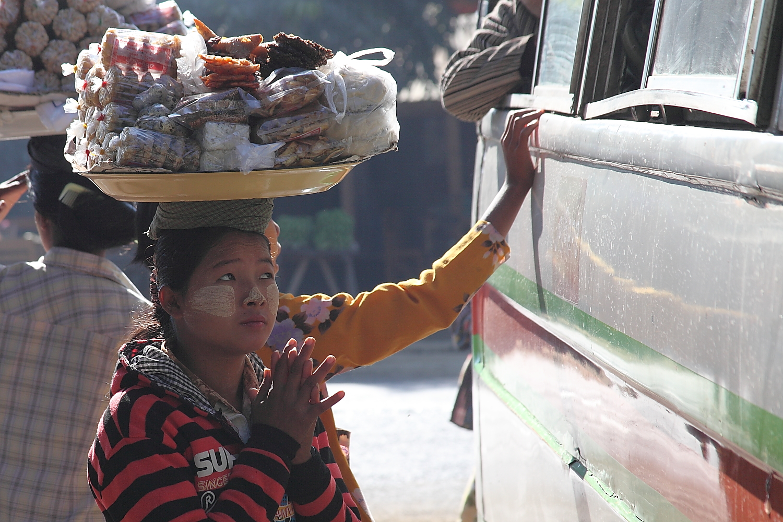 Strassenverkäuferin in Myanmar