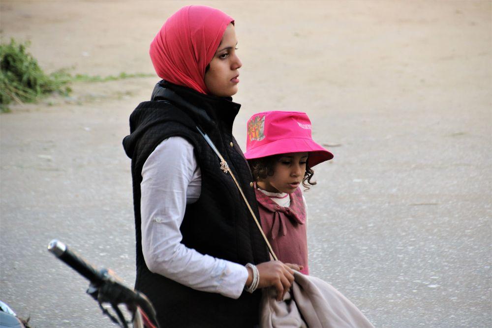 street Frau und Kind Luxor Egypt E-1