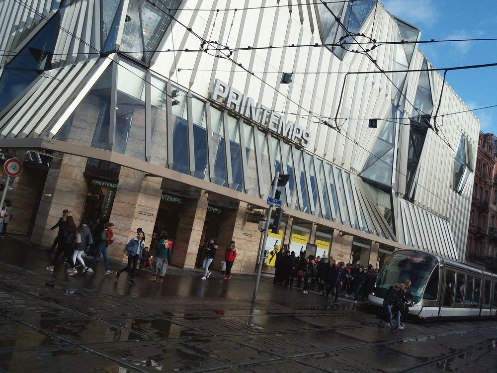 street Mann bettelt vor Kaufhaus J5-24