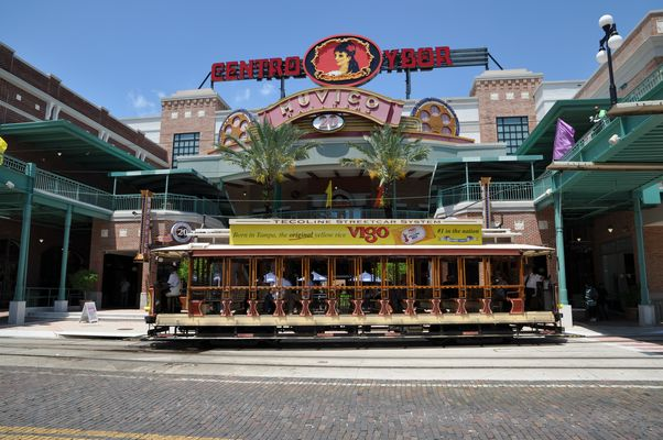 Streetcar vor dem Centro Ybor, Ybor City/Tampa, Florida