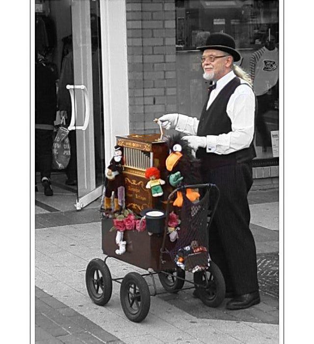 Streetlife mit Musik (Organ-grinder in Wuppertal Barmen)