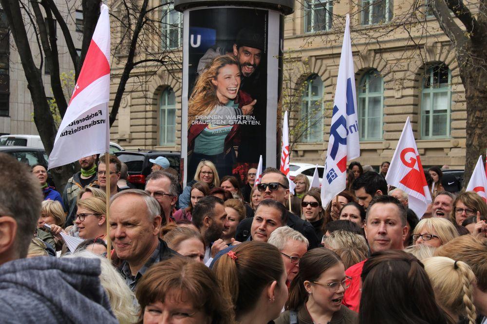 Streikende vor Plakat Draussen STARTEN Stgt S-71 Aktuell -+alsSW