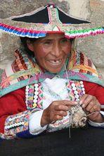strickende Peruanerin am Ollantaytambo