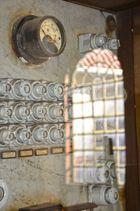 STROM-Sicherungskasten (für Strom/Starkstrom) mit entsprechend, angepaßten Keramiksicherungen.