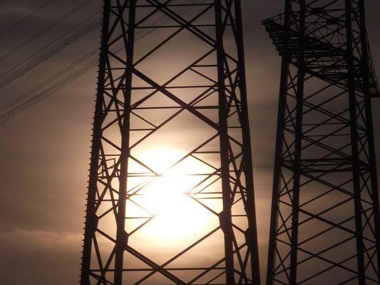 Strommast Brennt beim Sonnenuntergang
