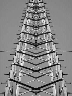 Strommast gespiegelt