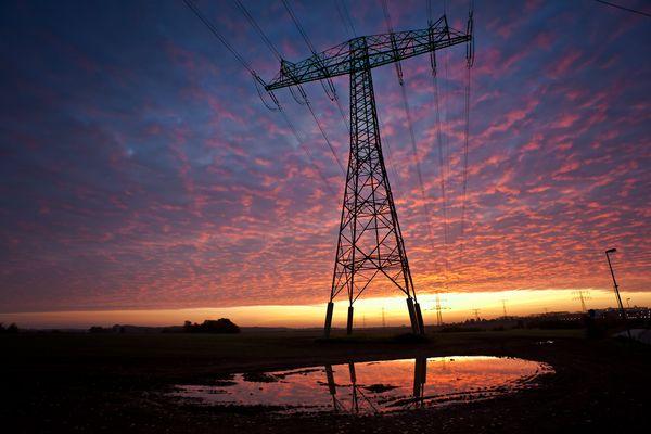 Strommast im Morgenrot