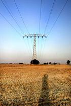 Strommast und ein Feld