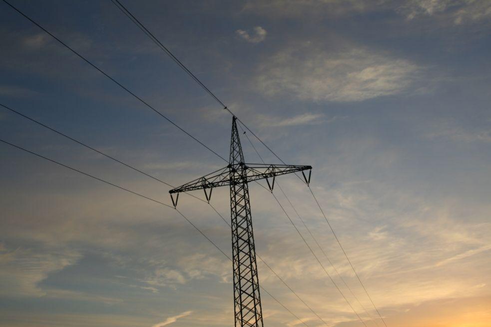 Strommast und farbspiel des Himmels