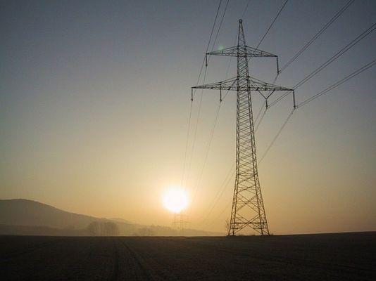 Strommasten in der aufgehenden Sonne