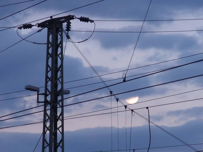 Stromnetz und Mond in Blaugrau