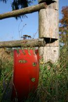 Stück Metal im Gras