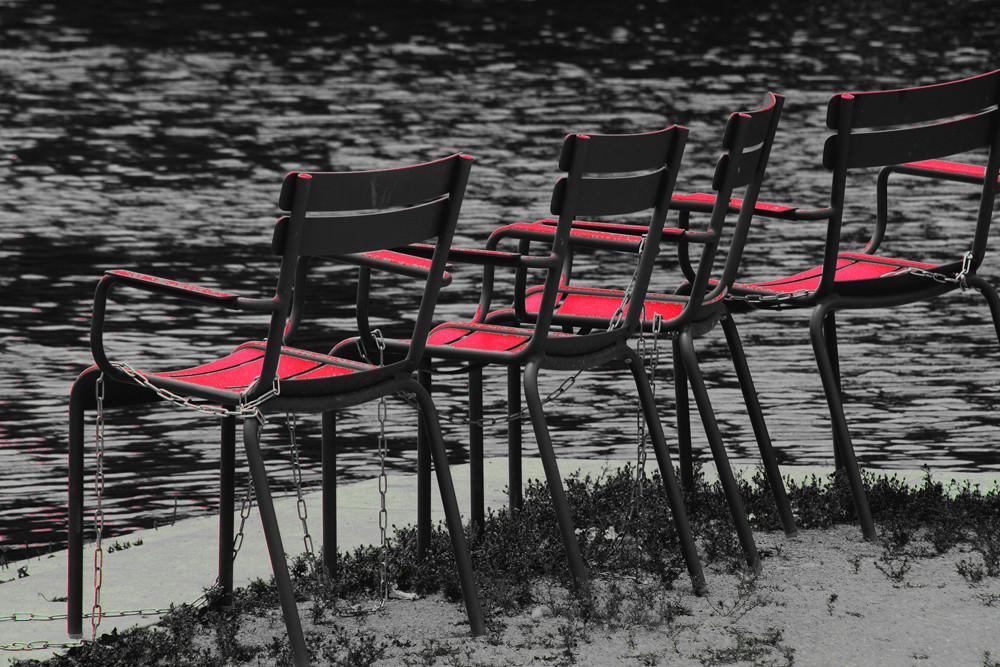 Stühle am Neckar