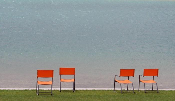 Stühle am Teich