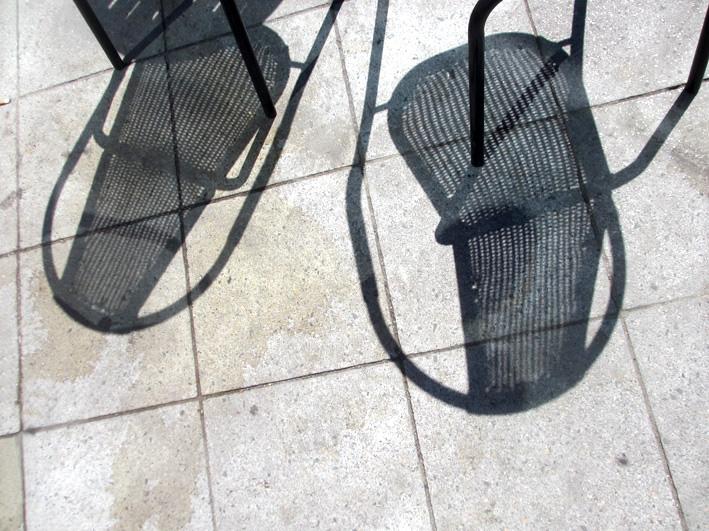 Stühle auf dem Bahnhofvorplatz