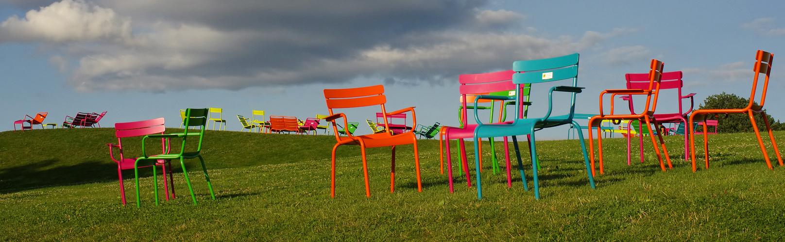 Stühle auf dem Rasen