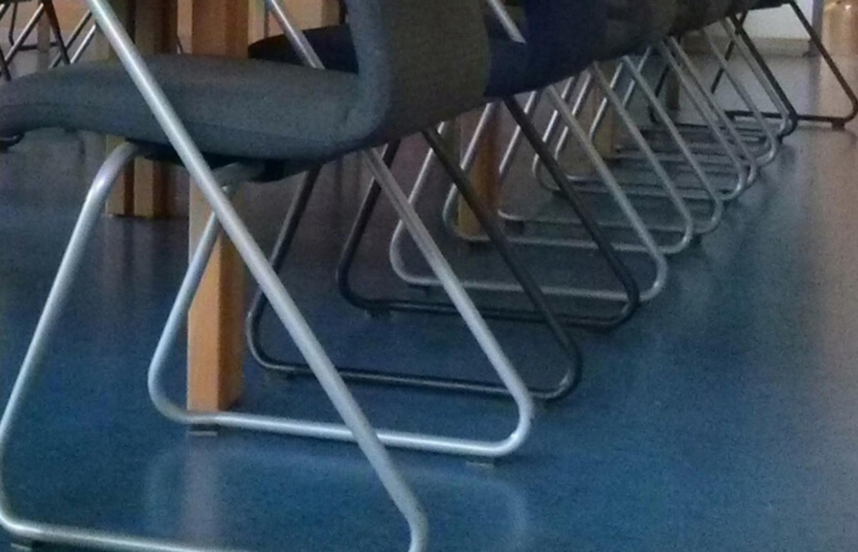 Stühle im Lehrerzimmer