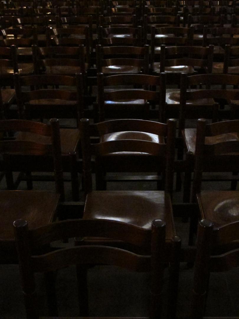Stühle im Münster