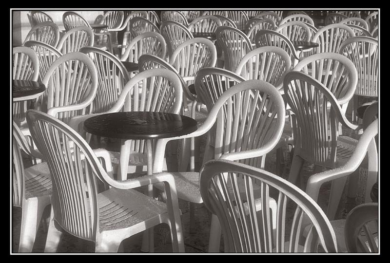 Stühle im Regen