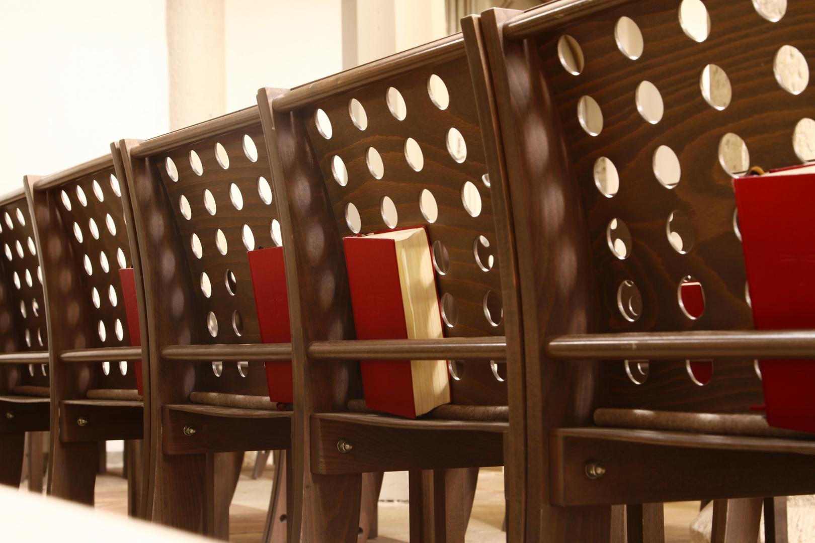 Stühle und Gesangsbücher
