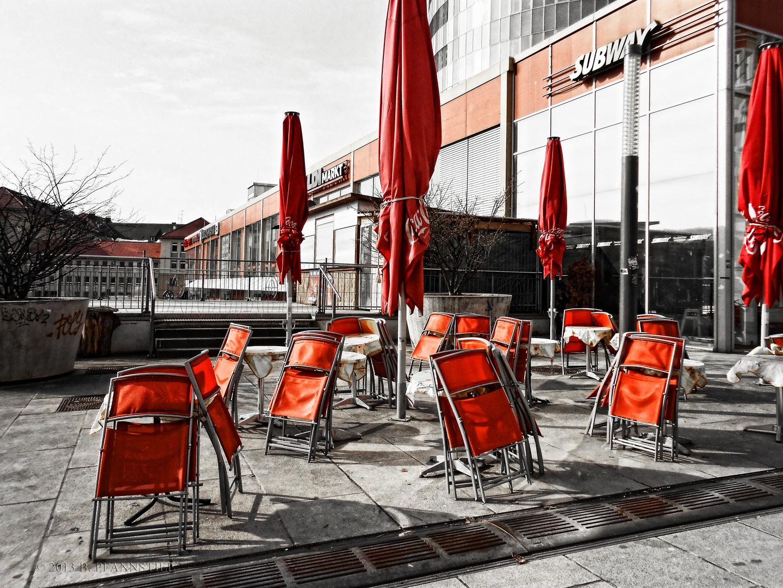 Stühle und Schirme