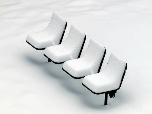 Stühle verschneit