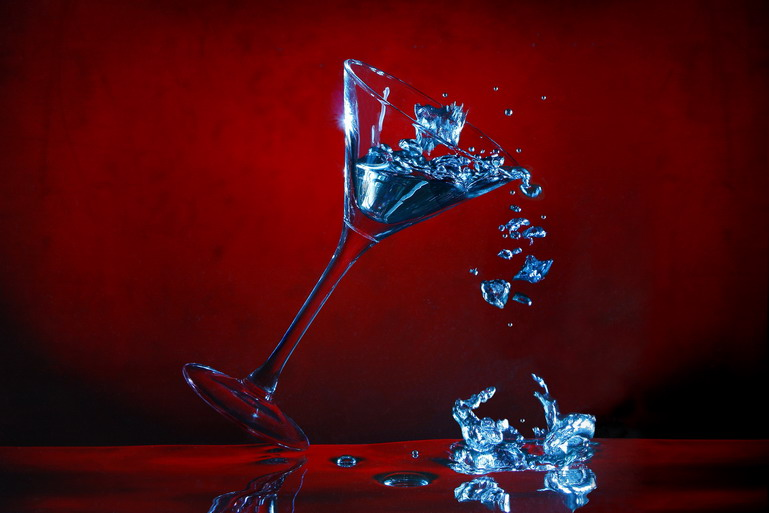 stürzendes Glas (durch das Komprimieren etwas unscharf)