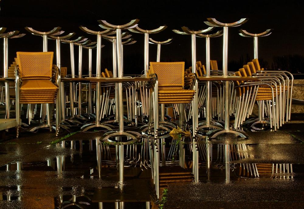 Stuhl auf Stuhl im Spiegel auf Stuhl