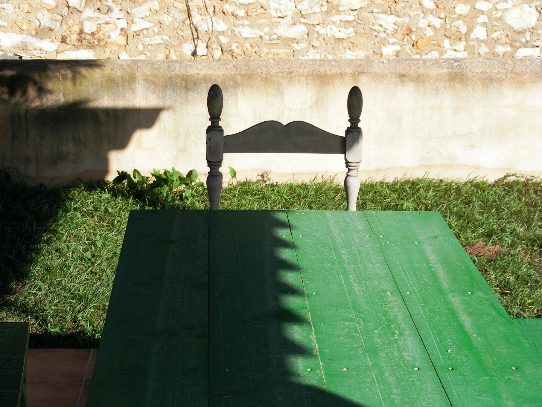 Stuhl mit grünem Tisch