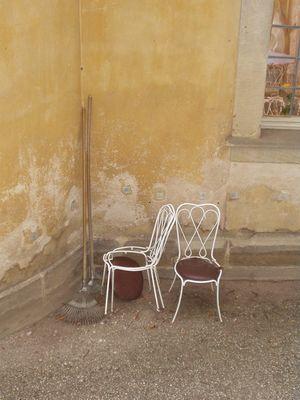 Stuhl und Besen