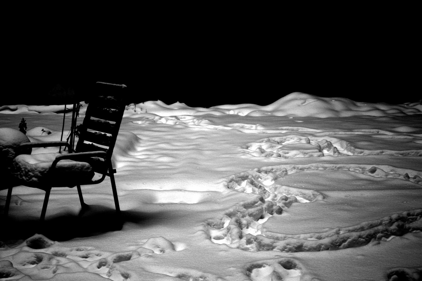 Stuhl und Herz im Schnee