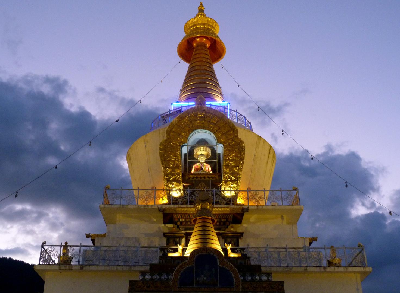 Stupa im letzten Tageslicht