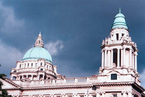 Sturm über Belfaster Rathaus